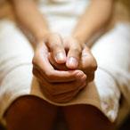 руки женщины на коленях
